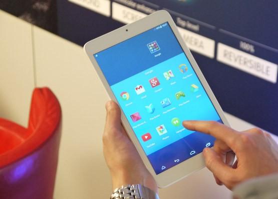 Вот так лежит планшет в руках
